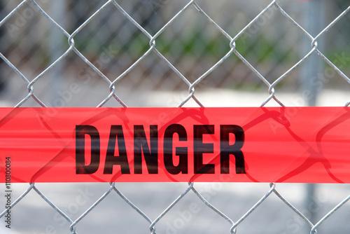 Fotografie, Obraz  Red reflexní nebezpečí bariéra páska přes drátěný plot