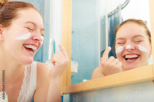 Fotografía  Woman applying moisturizing skin cream. Skincare.