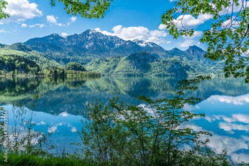 Kochelsee und Herzogstand in Bayern mit grüner Umrahmung