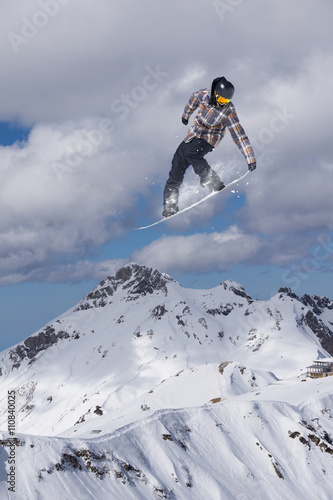 Poster Glisse hiver Snowboard rider jumping on mountains. Extreme snowboard freeride sport.