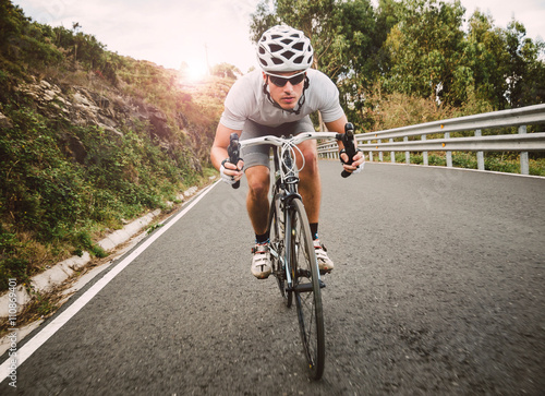 Foto auf Gartenposter Radsport Cyclist pedaling on a racing bike outdoor