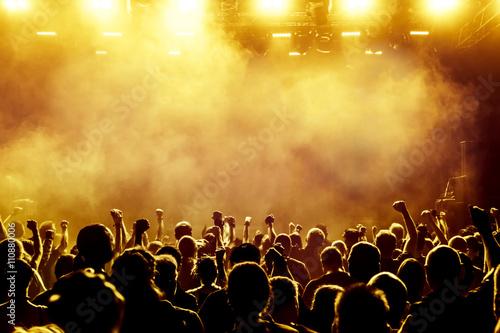 Zdjęcie XXL sylwetki tłumu koncert przed jasne światła sceniczne