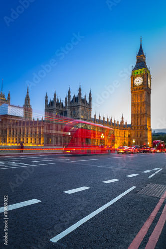 In de dag Londen rode bus London scenery at Westminter bridge with Big Ben and blurred red