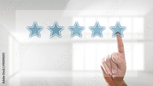 Finger wählt 5 Sterne auf Touchscreen aus Canvas Print