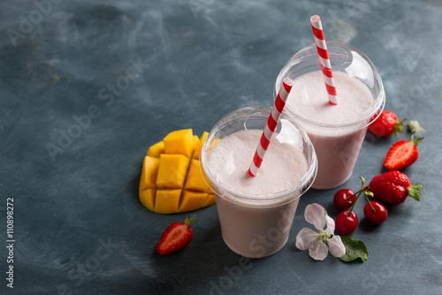 Zdjęcie XXL Jagodowy koktajl mleczny (smoothie)