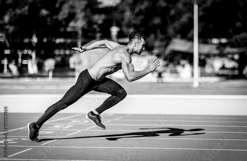 czarno-biale-zdjecie-sprintera-w-akcji