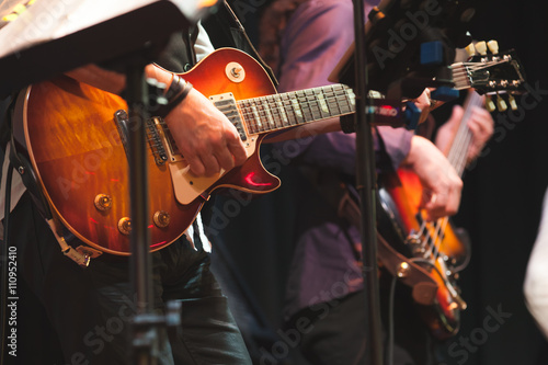 In de dag Muziekband Rock and roll music background, guitar players