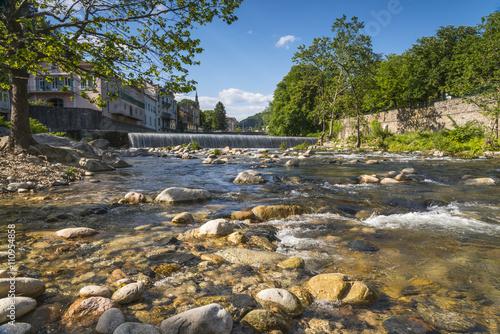 Fototapeten Wasserfalle rivière Volane à Vals les Bains/rivièreavec rochers