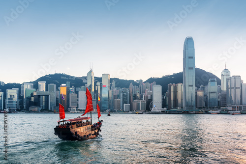 Montage in der Fensternische Hongkong Tourist sailboat crosses Victoria harbor in Hong Kong