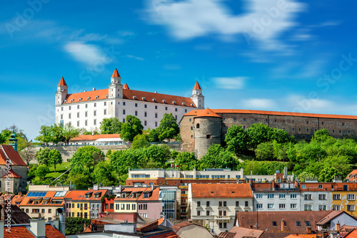 Photo  View on Bratislava castle on the green hill with old houses at the bottom from t