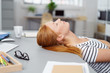 canvas print picture - frau schläft im büro
