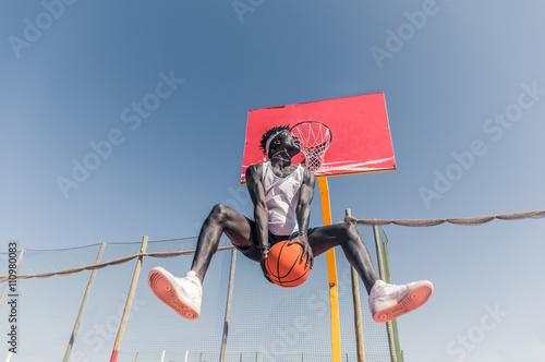 Photo  Basketball street player making a rear slam dunk