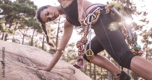 Poster Alpinisme Portrait of woman is climbing on a rock