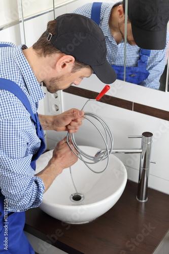 Fotografía  Handwerker mit Klempner Rohrreinigungsspirale zum Abfluss Reinigen