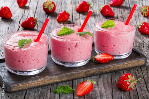 Spoed Foto op Canvas Dessert Strawberry Banana Smoothies Cups with straws and mint leaves