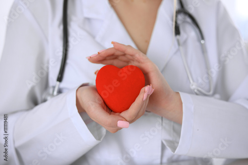 Pinturas sobre lienzo  Female doctor with stethoscope holding heart