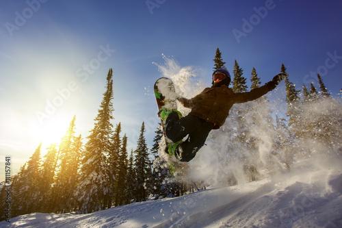 Tuinposter Wintersporten Snowboarder jumping