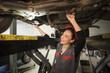 Autowerkstatt,Kfz-Werkstatt,Reparatur,prüfen,arbeiten,Lampe,Auto