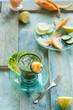 bevanda detox alla verdura, con frutti diversi