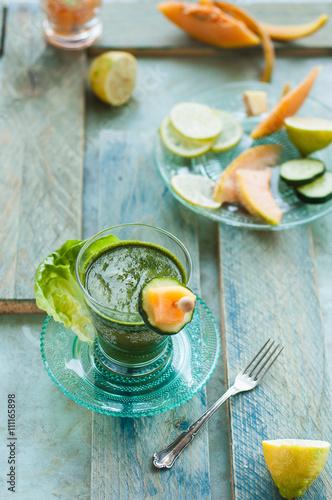 Poster de jardin Bar bevanda detox alla verdura, con frutti diversi