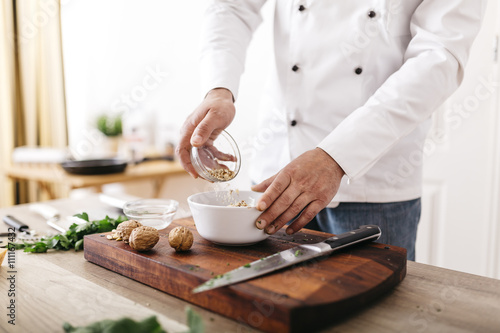 Koch,kochen,Walnuss,Ravioli,Gastronomie,Nuss,Schüssel