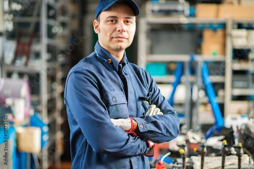 Zdjęcie XXL Mechanik pracuje na samochodowym silniku