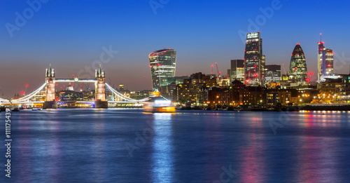 Photo  Tower Bridge and cityscape of London at night, UK