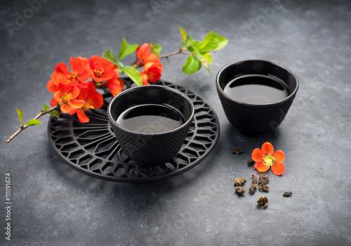 filizanki-zielonej-herbaty-i-kwiatow-na-azjatyckim-zestawie-do-herbaty