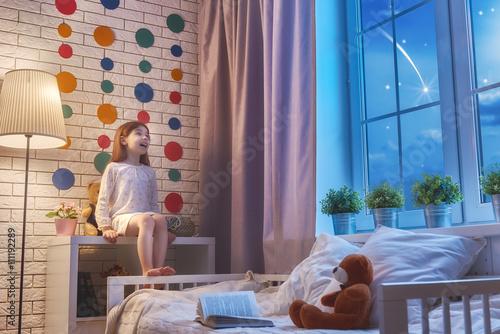 Zdjęcie XXL dziewczyna siedzi przy oknie