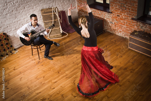 Papiers peints Carnaval Young woman dancing flamenco and a man playing the guitar