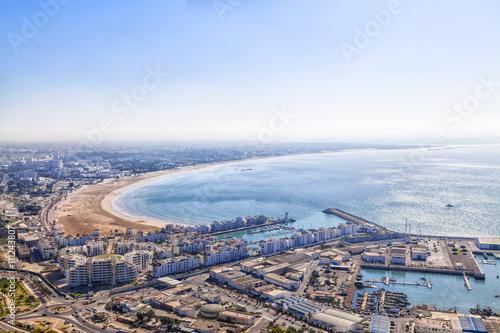 Blick vom Berg mit der alten Kasbah auf die Meeresbucht von Agadir in Marokko in Afrika mit leuchtendblauem Himmel