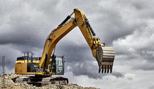 Fotografía  Constuction industry excavator heavy equipment on mountain