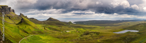 In de dag Bleke violet Panorama of the Quiraing mountain range