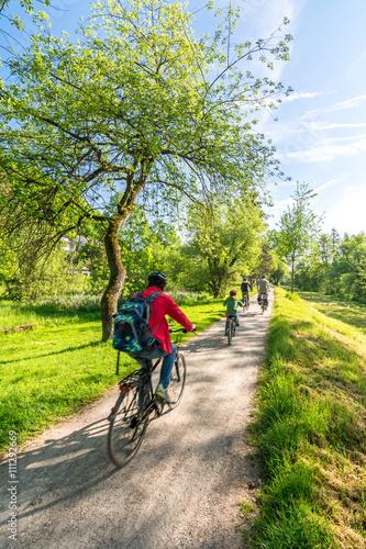 Fahrradtour im Park im Frühling