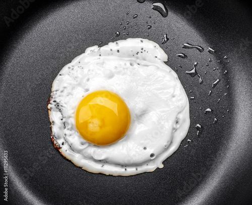 Foto op Plexiglas Gebakken Eieren Fried egg in a frying pan