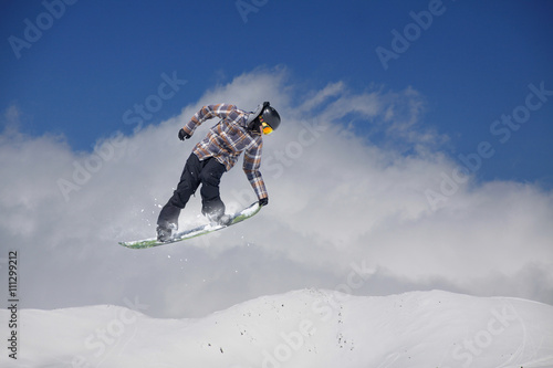 Papel de parede Snowboard rider jumping on mountains