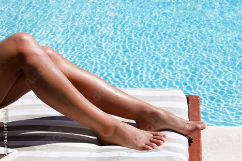 Fotografie, Obraz  jambes de femme au bord d'une piscine