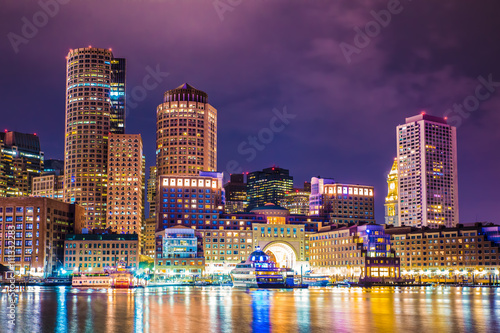 Fotografia Beautiful night view of Boston Massachusetts skyline and Boston Harbor