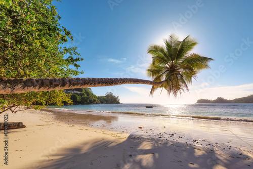 plaza-w-czasie-zachodu-slonca-na-wyspie-mahe-na-seszelach-moda-podrozy-i-koncepcja-tropikalnej-plazy