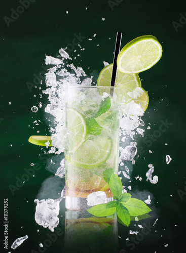 Photo  fresh mojito drink with liquid splash.