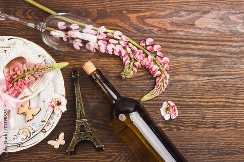 rozowy-lupin-i-buletka-wina-na-stole