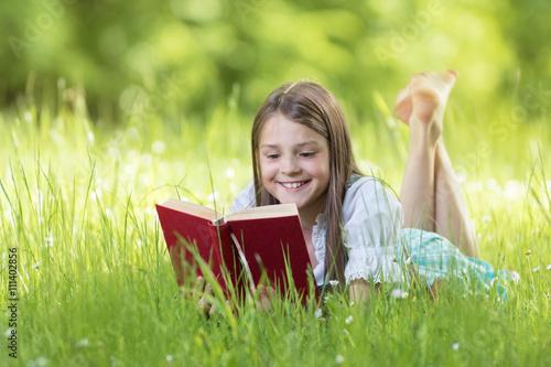 Fotografía  Mädchen beim lesen an einem schönen Sommertag auf der Wiese