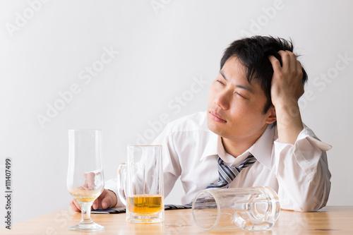 Fotografie, Obraz  ビールを飲む男性