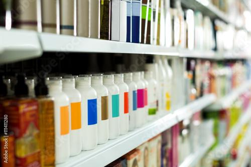 Fotografía  Sección de cosmética con acondicionadores