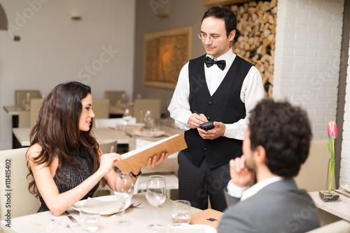 Plakat Para po kolacji w restauracji