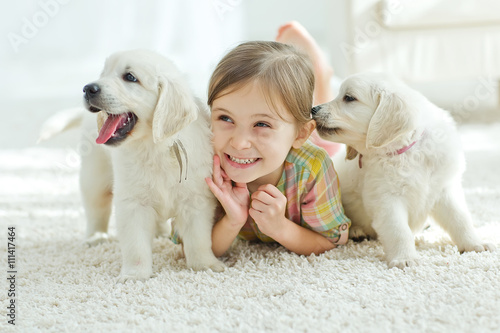 Foto  Kid with puppies at home