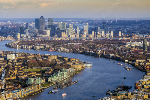 Cuadros en Lienzo London, England - Aerial skyline view of east London with River Thames and the s