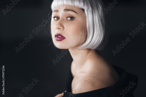 Photo  Beauty portrait of attractive young woman in blonde wig