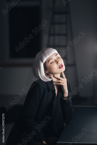 Photo  Sensual seductive woman sitting with eyes closed in dressing room