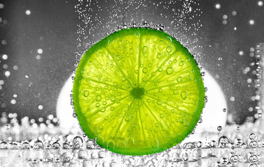 Obraz na Szkle Cut lime in the water